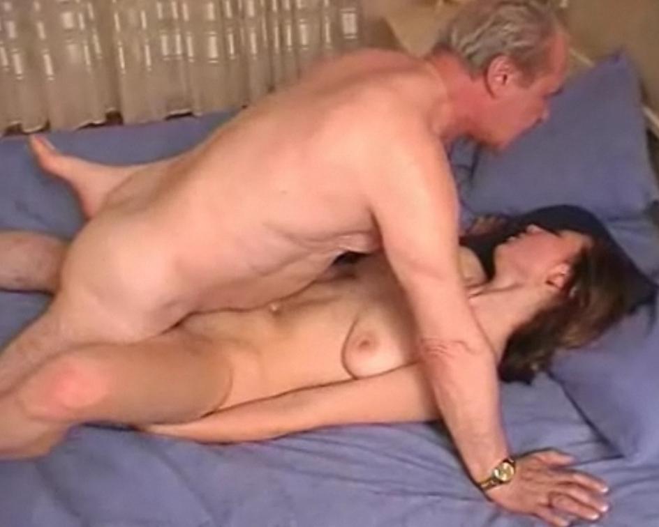 Русский дед трахает свою внучку в попку