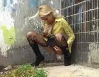 Пиздёнка блондинки нассала за угол