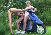 Трахает девушку возле нового скутера
