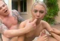 Мужики имеют симпатичную блондинку возле бассейна