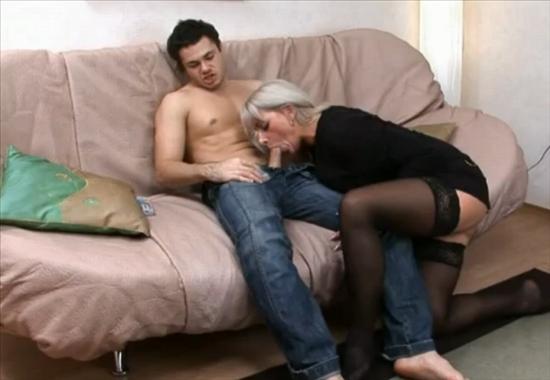 Русская баба в возрасте трахается с молодым парнем ...