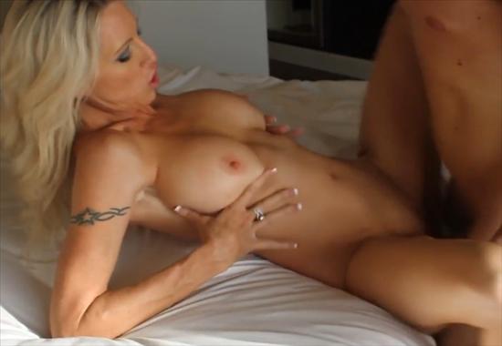 стройная зрелая женщина с сексуальной фигурой