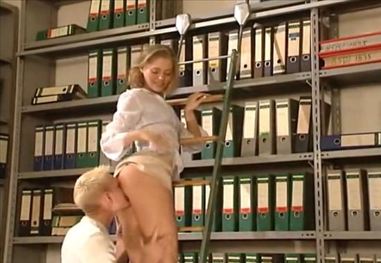 Секс видео залез под юбку