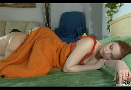 ебет спящую под одеялом онлайн