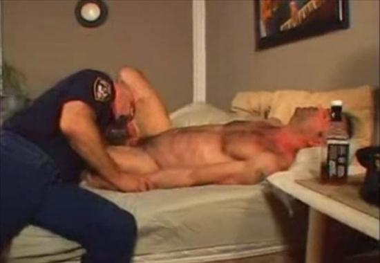 полицейский гей трахает