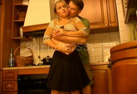 Секс мать на кухне
