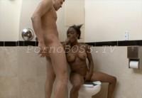 Негритянка Дала В Туалете Кончить Внутрь Большому Члену