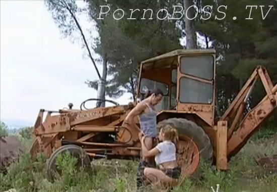 Деревенский трах около трактора групповуха — photo 13