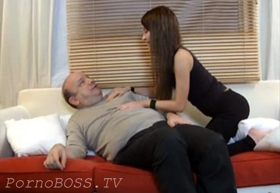 Возбужденная дочь дразнит и сексуально удовлетворяет отчима