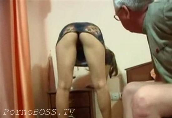 Папа подглядывает под юбку дочири