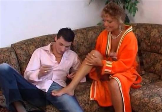 Инцест мама раздвинула ноги перед сыном