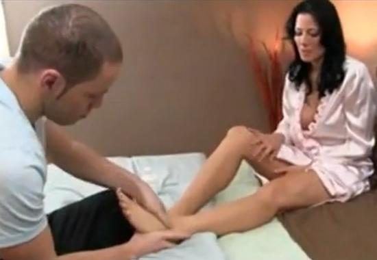 Друг делает его маме массаж ног смотреть порно