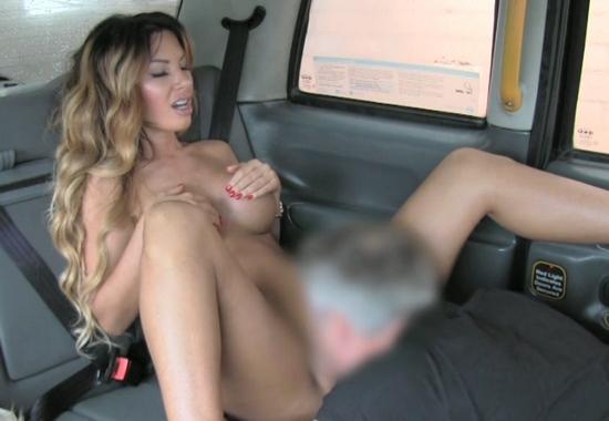 зрелую выебал в машине
