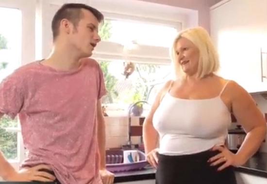 Зрелая развела молодого на секс