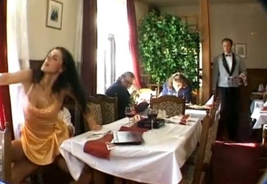 Секс под столом в ресторане