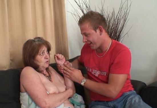 Мужик ебет зрелую жену и старую тещу в жопу