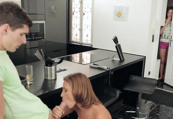 Мама застукала свою дочь во время секса и решила помочь