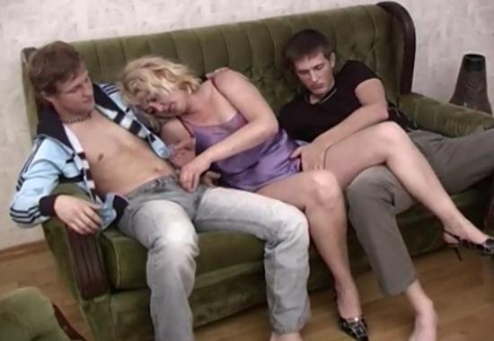 Жестко трахает мамашу сын с друзьями