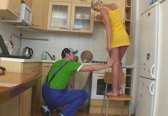домохозяйка совратила сантехника ролики бесплатно