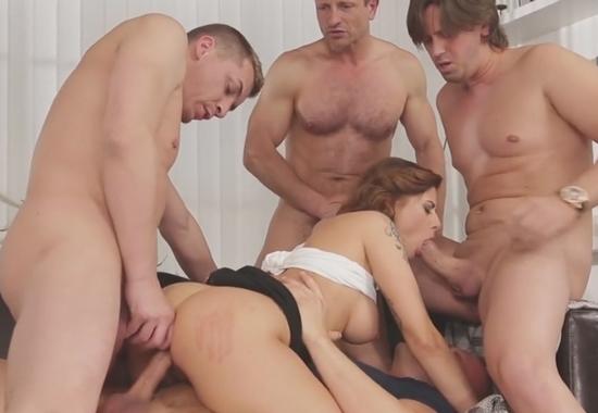 Порно ебут в четвером