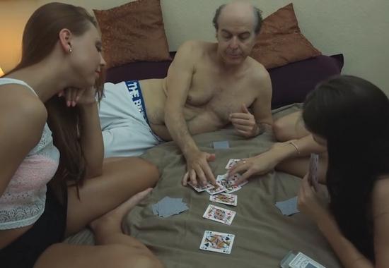 Порно старики. Дедушки трахаются с молодыми девушками