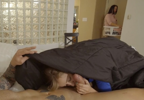 Девка сосет хуй под одеялом