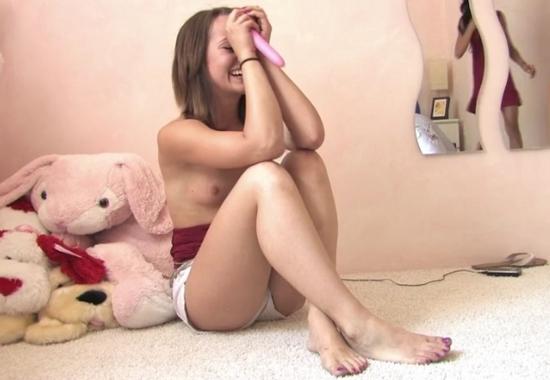 Дочь мастурбирует маминым дилдо а отец снимает