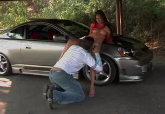 Парень трахает симпатичную подругу в новой машине