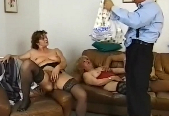 В групповом домашнем видео чувак трахает двух зрелых дамочек в постели